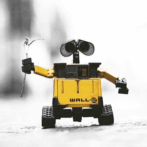 robot Wall-e tenant une branche