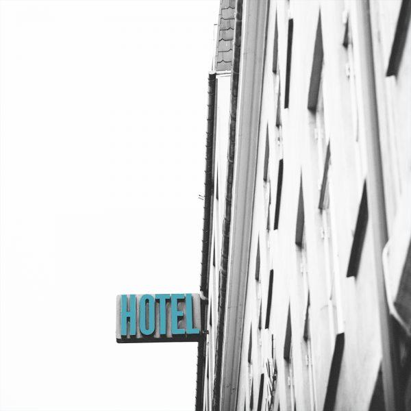 façade avec enseigne d'un hôtel
