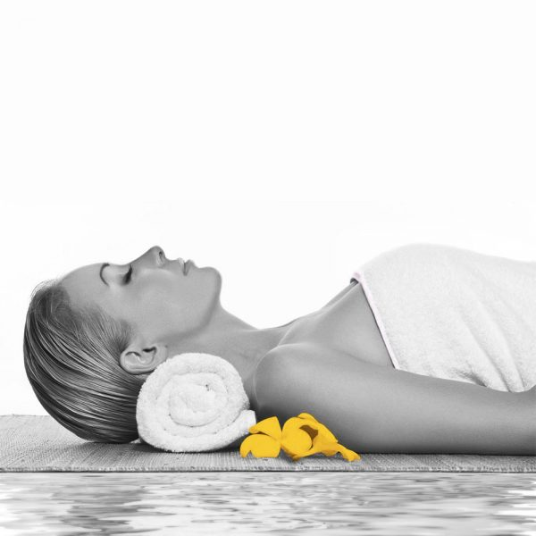femme allongée pour se détendre dans un spa deep nature