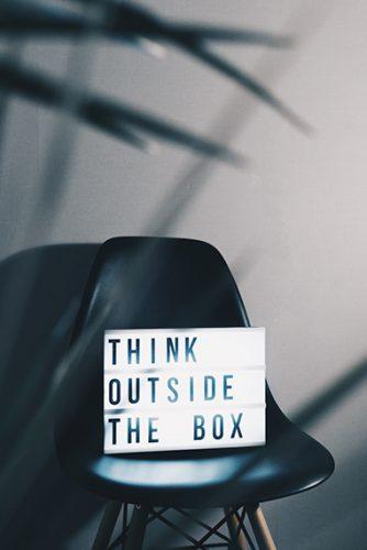 panneaux lumineux avec citation inspirant sur un siège