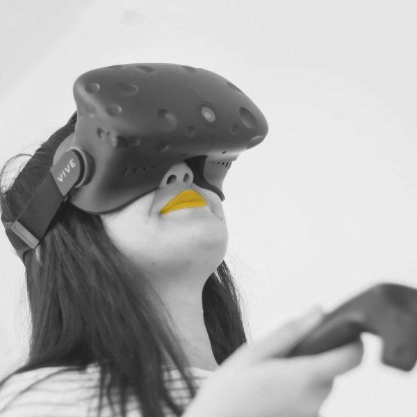 femme réalisant une expérience en réalité virtuelle
