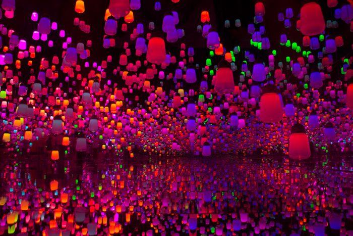 expérience immersive de team lab avec des luminaires colorés