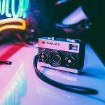 appareil photo vintage avec néons de couleurs