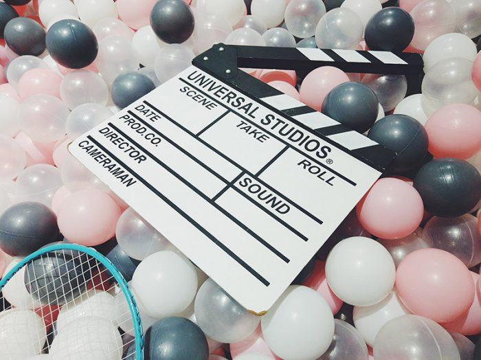 clap vidéo dans une piscine à boule
