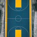 terrain de basket urbain jaune et bleu