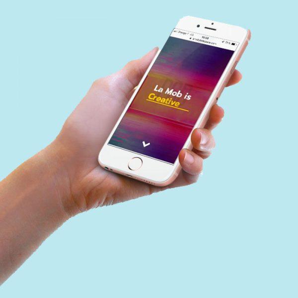 Main qui tient un mobile avec le blog des agences digitales à Lyon