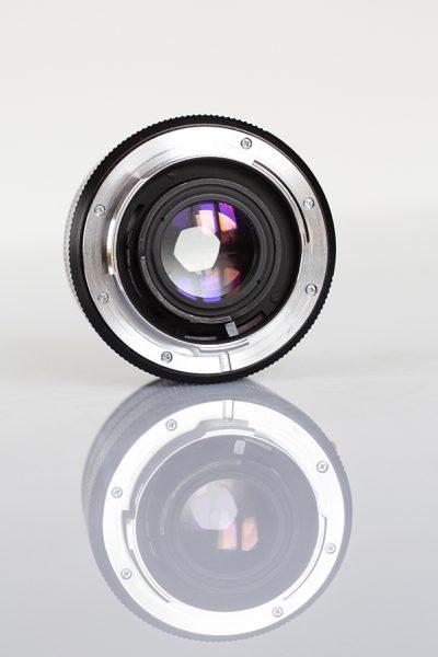 Objectif d'un appareil photo avec son ombre