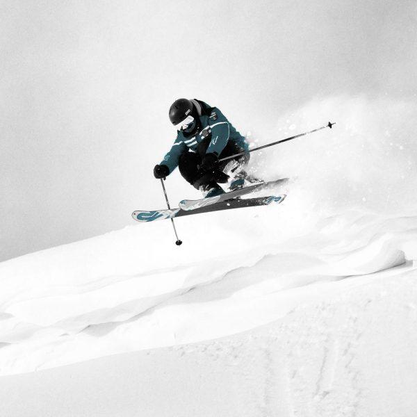 skieur descendant une piste