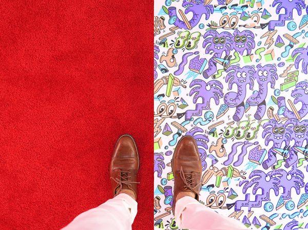 hommes avec pieds à cheval entre deux univers graphiques différents