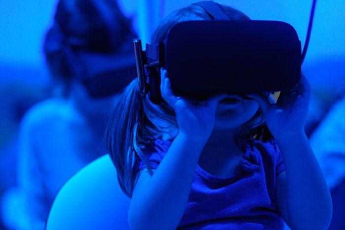 jeune enfant réalisant une expérience en réalité virtuelle