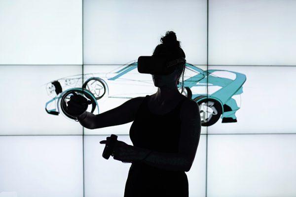 personne réalisant une expérience immersive en réalité virtuelle