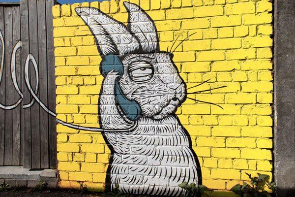 street art d'un lapin au téléphone