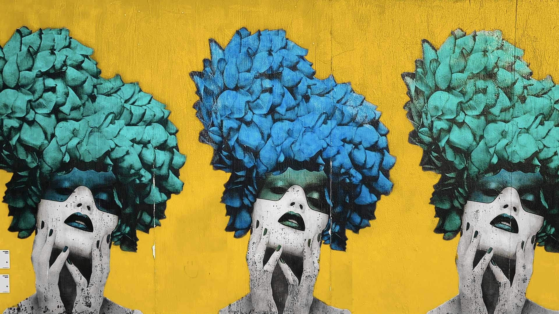 street art de 3 femmes avec masques et coiffures fleuris
