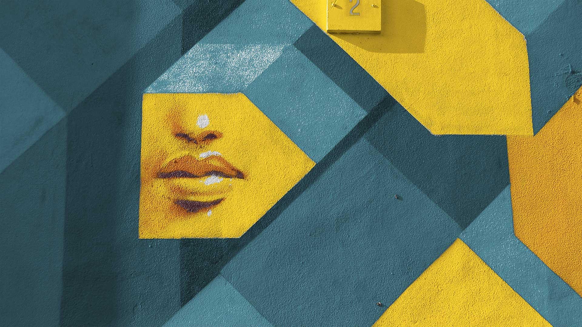 street art bleu et jaune avec visage dessiné apparent