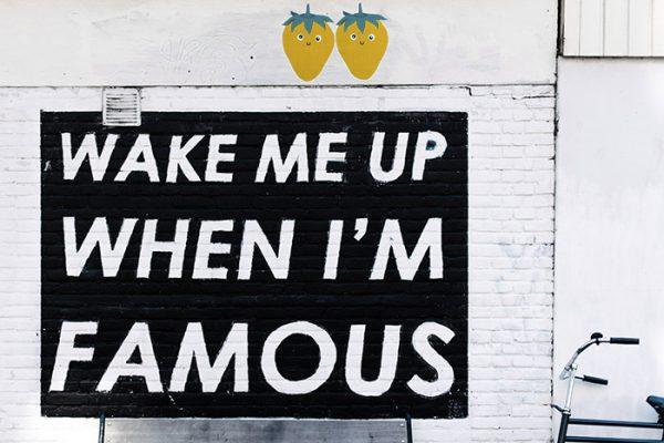 """street art avec citations """"Wake me up when I'm famous"""" avec deux fraises jaunes"""