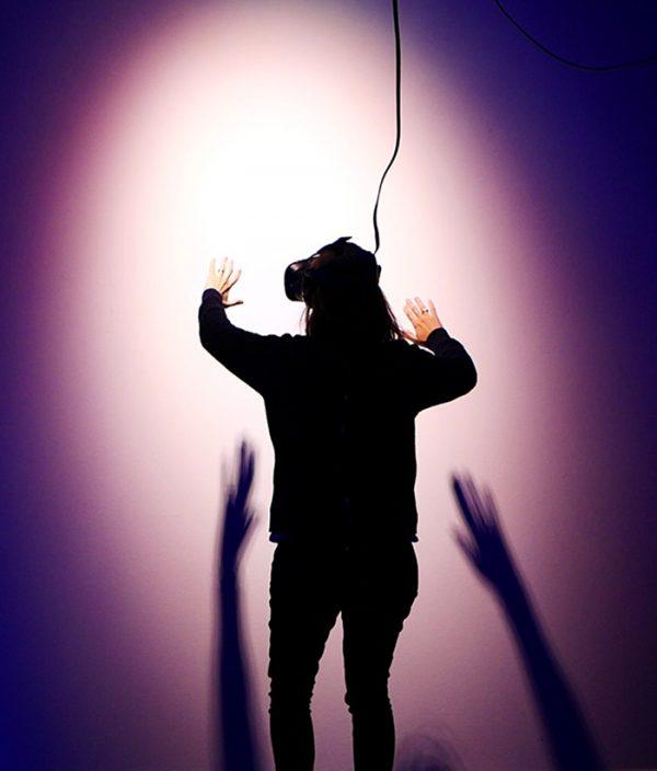 Image d'une femme réalisant une expérience en réalité virtuelle, marketing immersif