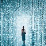 Plan sur une femme, expérience immersive lumineuse, marketing immersif