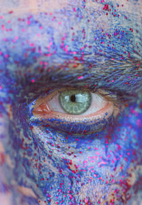 Zoom œil, visage coloré pour illustrer le marketing immersif et experientiel
