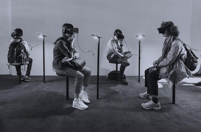 personnes avec des casques de réalité virtuelle