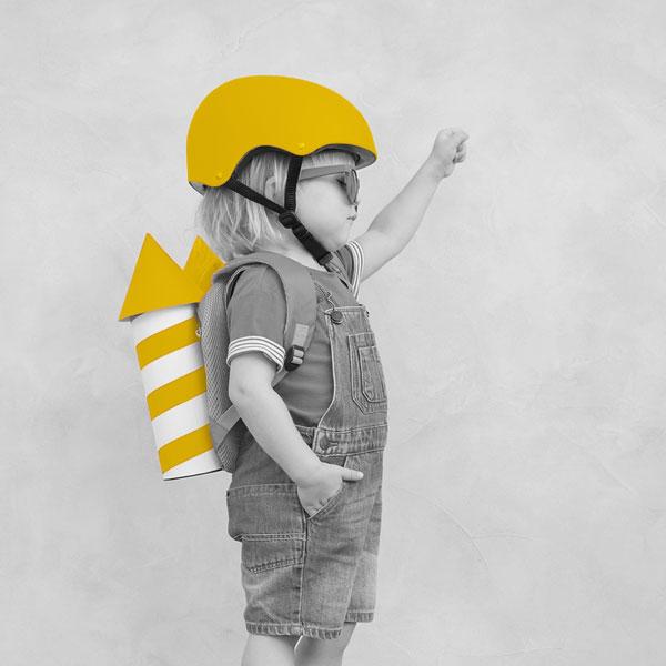 Enfant astronaute avec une fausse fusée sur le dos