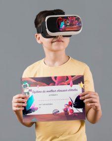 enfant réalisant l'expérience VR Let's Dream et tenant le diplôme du meilleur chasseur d'étoiles