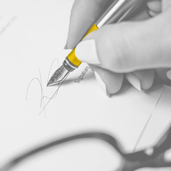 signature d'un papier, zoom sur la plume du stylo