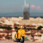 La petite mobylette jaune avec vue sur Lyon