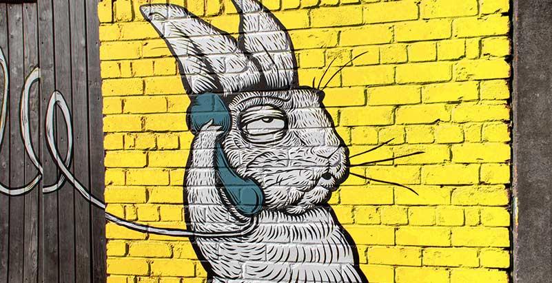 Streetart illustrant la façon de contacter votre agence de communication à Lyon et Montréal
